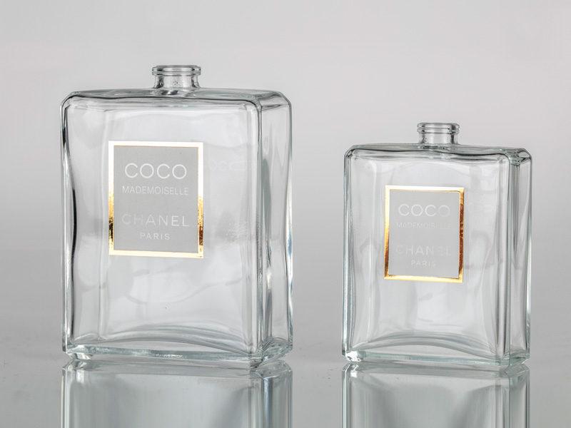 Serigrafia in oro su flacone trasparente per profumo Chanel